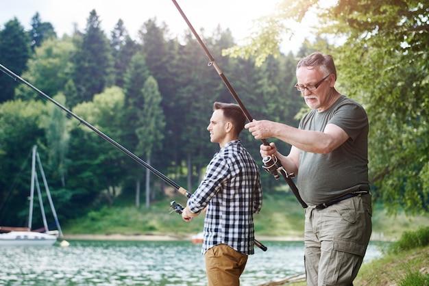 Fils et père en voyage de pêche