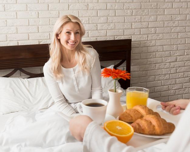 Fils surprenant mère avec petit déjeuner