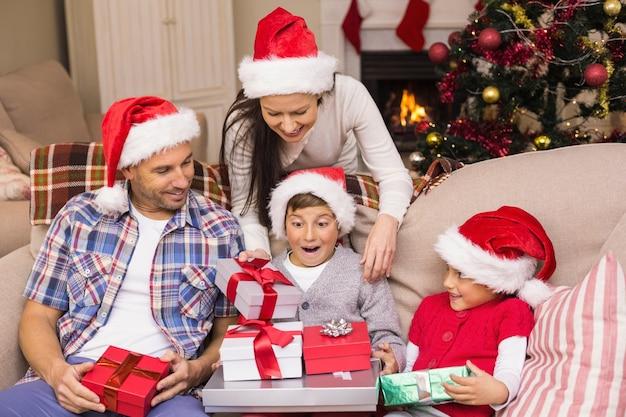Fils surpris ouvrant ses cadeaux