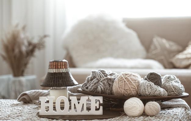 Fils à tricoter sur la table et lettres en bois accueil