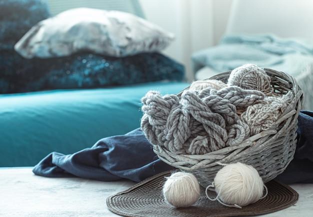 Fils à tricoter sur la table