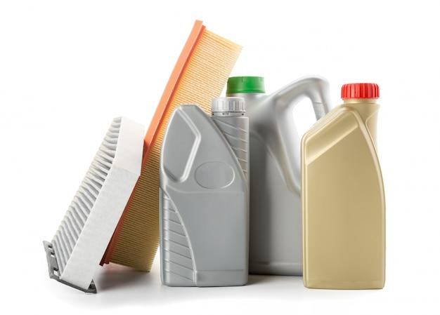 Filtres à huile de voiture et bidon d'huile moteur isolé sur blanc