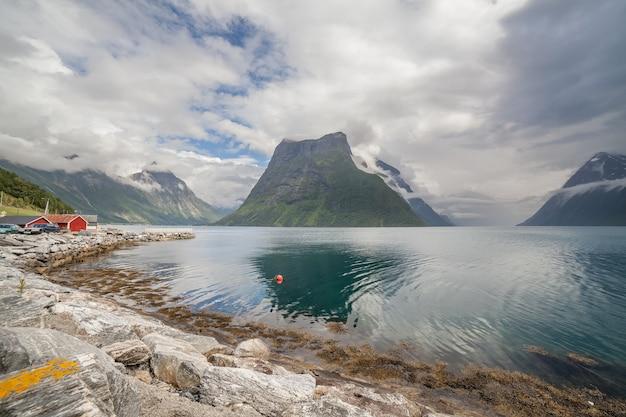 Fin du fjord. beau paysage norvégien. vue sur les fjords. norvège reflet de fjord idéal dans l'eau claire par temps nuageux