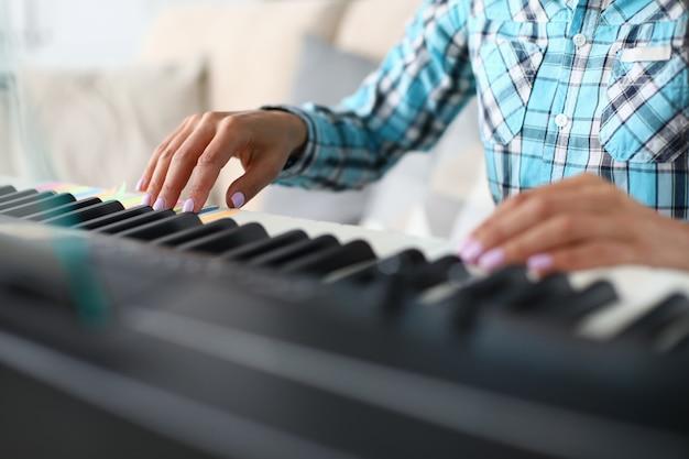 Fin, haut, femme, mains, jouer, piano