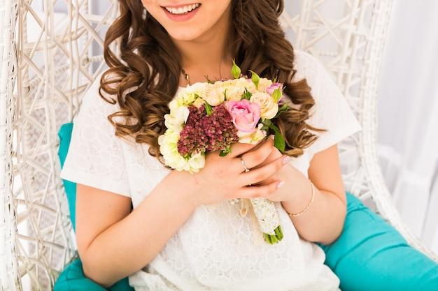 Fin, haut, girl, fleurs, bouquet, intérieur