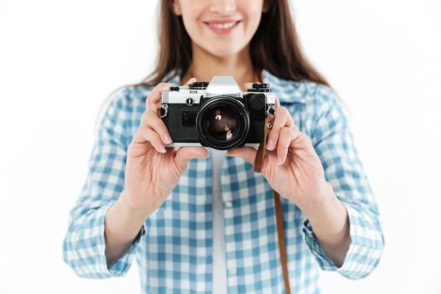 Fin, haut, jeune, femme, tenue, retro, appareil photo, isolé