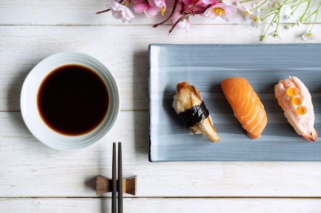 Fin, haut, sashimi, sushi, ensemble, sauce soja, blanc, bois, table