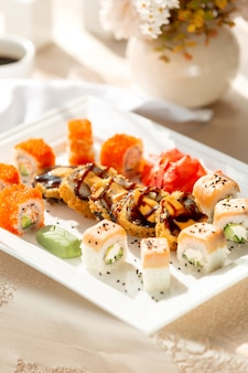 Fin, haut, sushi, rouleaux, servi, wasabi, gingembre