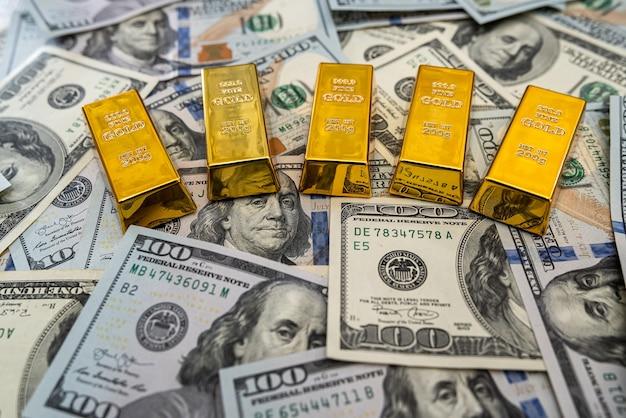 Finance concept billets d'un dollar et lingot d'or