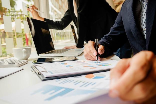 Finance, homme affaires, réunion, économie, femme, closeup