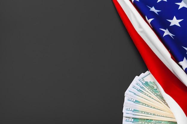 Et, finance et nationalisme concept - gros plan du drapeau américain et de l'argent comptant