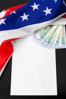 Et, finance et nationalisme - gros plan du drapeau américain et de l'argent liquide