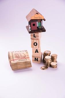 Financement et prêt ou achat de logement en inde - concept montrant un modèle de maison 3d, des billets de banque indiens et une calculatrice, etc.