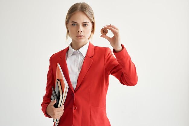 Financier dans une veste rouge avec des documents à la main sur fond clair