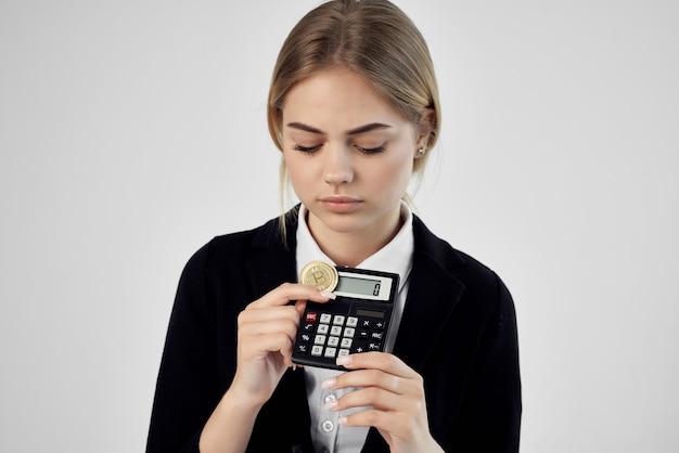 Financier pièce d'or calculatrice bitcoin fond isolé. photo de haute qualité