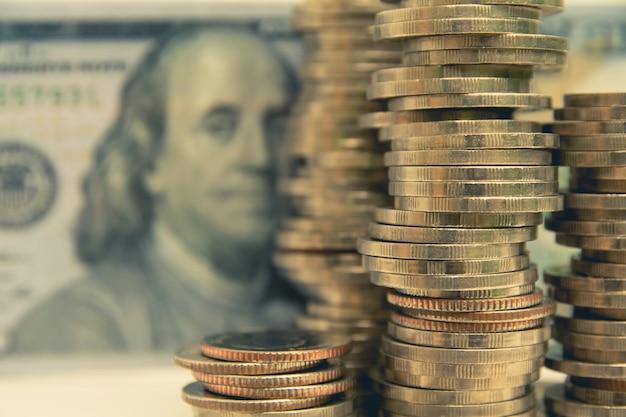 Financier avec pile pièce et billet de banque. marché boursier en économie de marché comptable