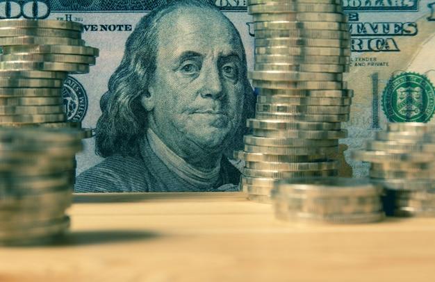 Financier avec pile pièce et billet de banque. marché boursier financier dans le marché de la comptabilité