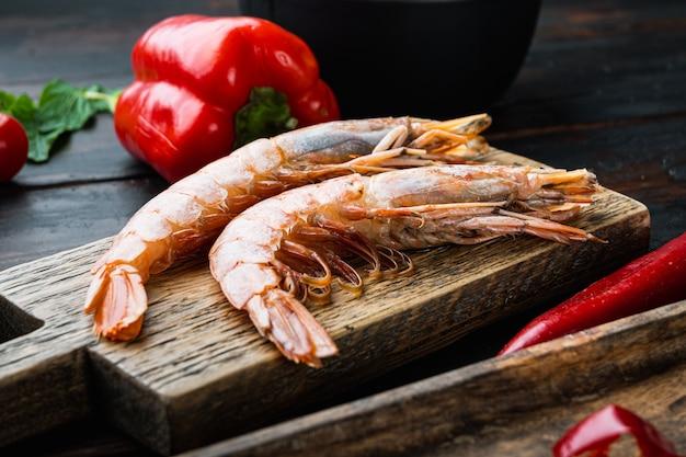 Fine sélection de crevettes géantes sur planche à découper en bois