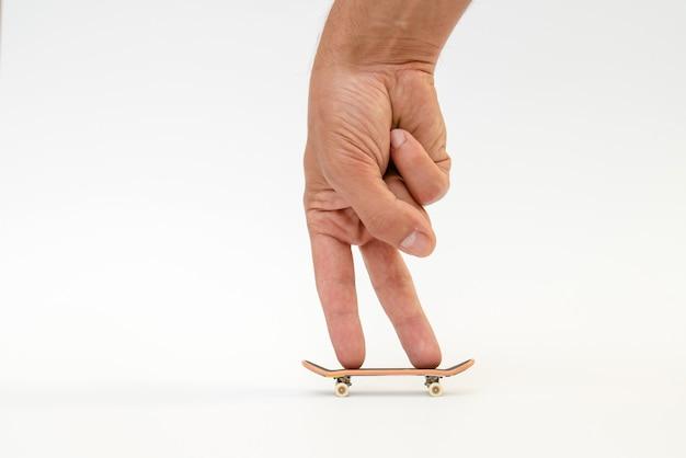 Fingerboard - une petite planche à roulettes pour les enfants et les adolescents à jouer avec les doigts de la main.