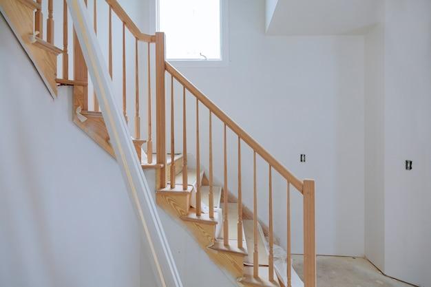 La finition de la construction détaille la nouvelle maison avant d'installer du ruban de cloison sèche intérieure dans une pièce