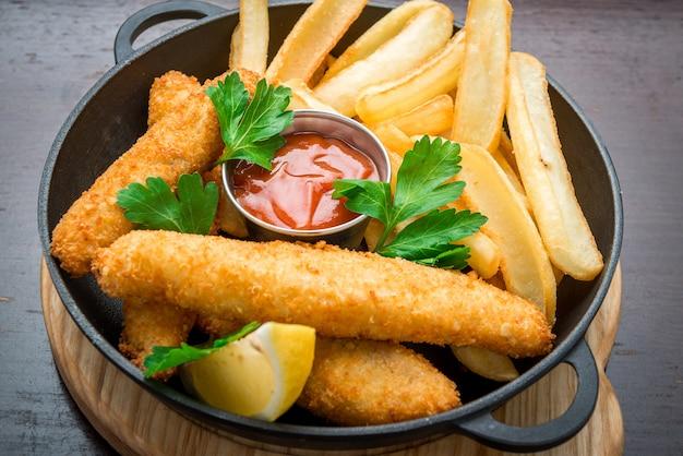Fish and chips sur une table en bois, une cuisine savoureuse.