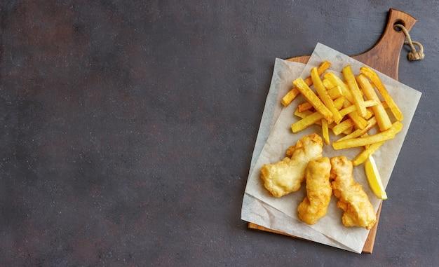Fish and chips sur une table sombre. restauration rapide britannique. recettes. collation à la bière. cuisine britannique traditionnelle.