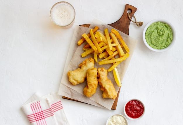 Fish and chips sur un tableau blanc. restauration rapide britannique. recettes. collation à la bière. cuisine britannique traditionnelle.
