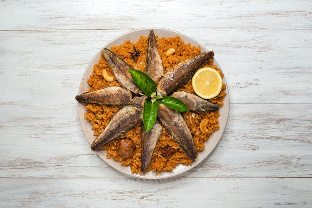 Fish kabsa - plats de riz mélangés originaires du yémen. cuisine du moyen-orient.