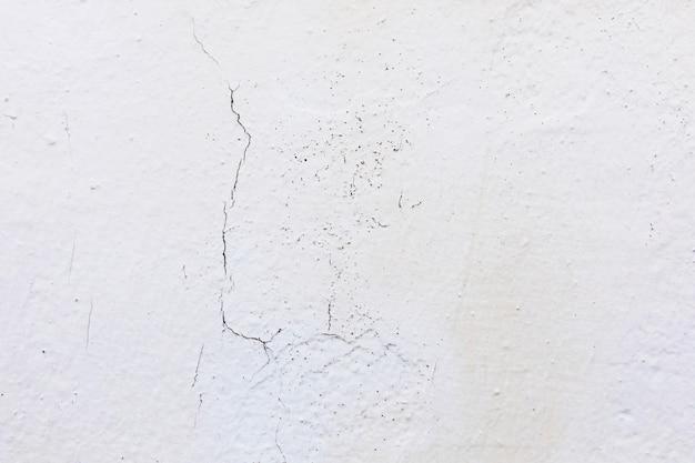 Fissure dans un mur sur une surface de ciment