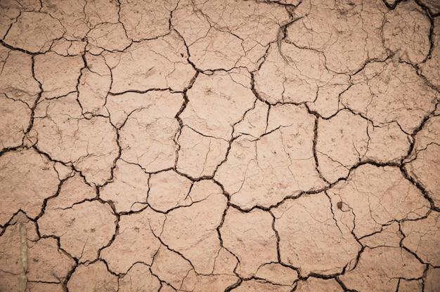 Fissuré par la chaleur du sol