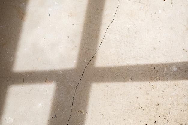Fissures dans la chape de ciment en béton sur le sol après réparation. la texture de la surface du béton est recouverte de fissures web. fond de pierre grise