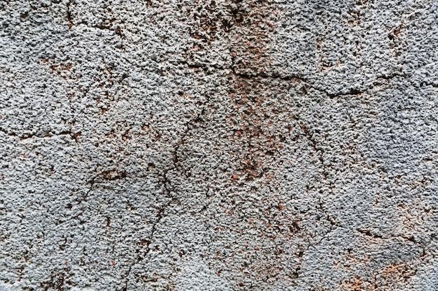 Fissures sur une surface de béton rugueuse