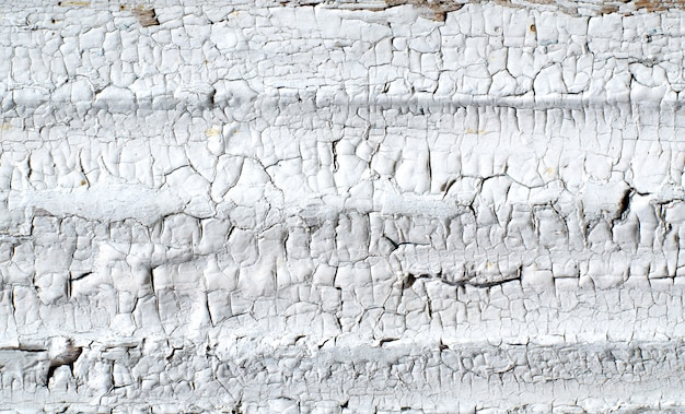 Des fissures sur un vieux mur peint