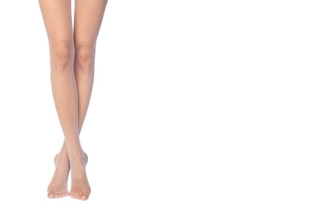 Fit et belles jambes en collants sexy. fond blanc.