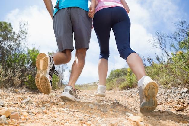 Fit couple course en montagne sentier
