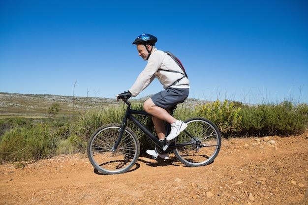 Fit cycliste sur un terrain de pays
