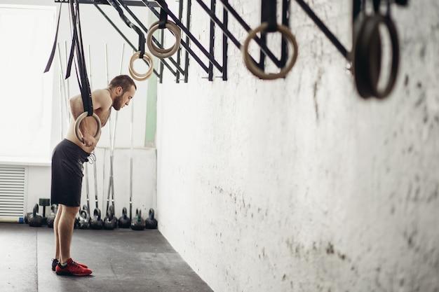 Fit dip ring man préparer à l'entraînement au gymnase exercice de trempage