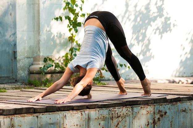 Fit exercice de yoga pratique féminine à l'air libre
