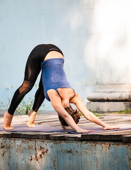 Fit exercice de yoga pratique féminine en plein air