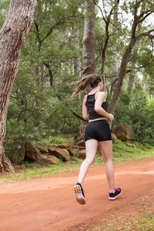 Fit femme en bonne santé, jogging