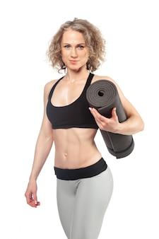 Fit femme avec un tapis de gym