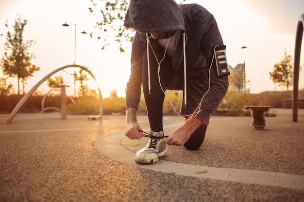Fit homme attachant des chaussures