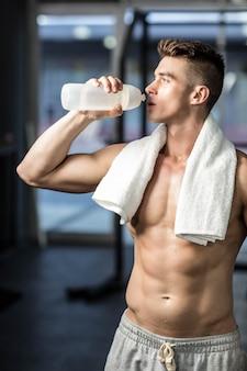 Fit homme l'eau potable au gymnase