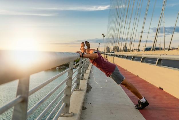Fit homme exerçant sur le pont, menant une vie saine