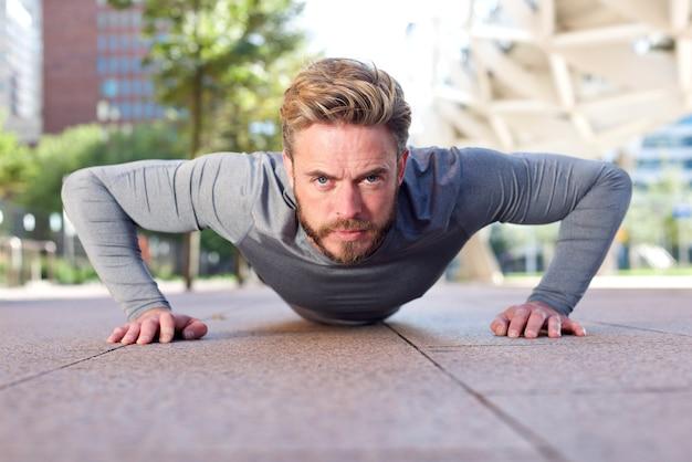 Fit l'homme faisant des push ups à l'extérieur