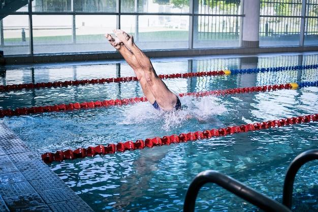 Fit homme plonger dans la piscine