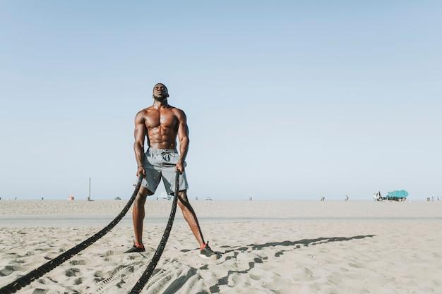 Fit homme travaillant avec des cordes de bataille