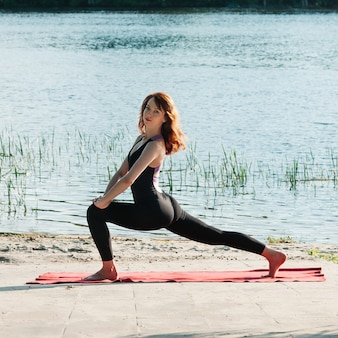 Fit jolie pratique de yoga exercice de yoga en plein air