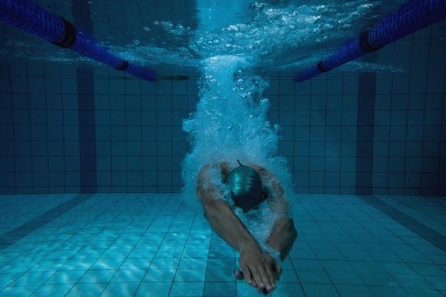 Fit nageur s'entraînant seul