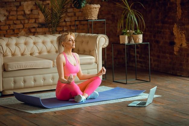Fit slim woman coach faire pratiquer le yoga de formation en ligne vidéo